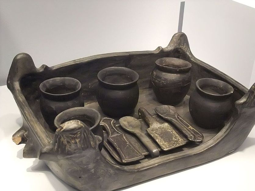 1024px-Foculum_(Serving_Tray)_with_Jars_and_Implements_Etruscan_from_Chiusi_A_Tomb_Group_550-500_BCE_Earthen_Bucchero_ware